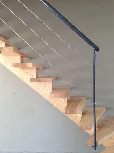 Escalier en frêne avec garde corps métallique cable inox