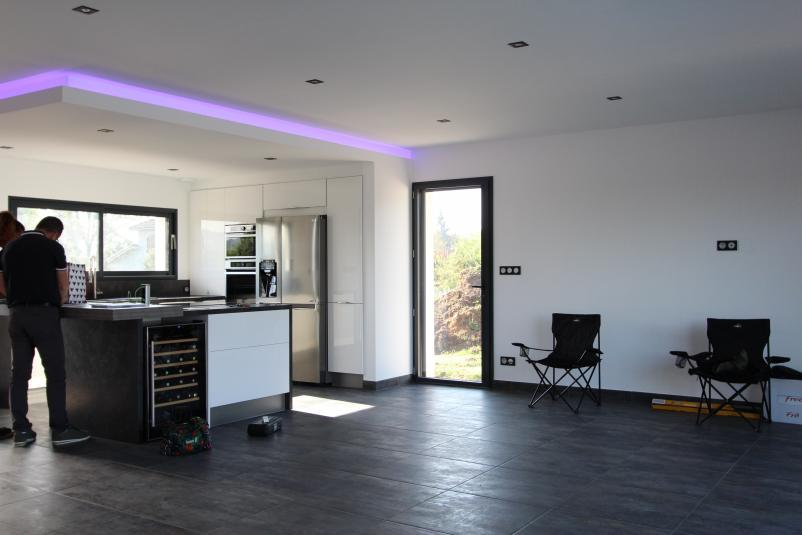 Cusine ouverte avec ilot / faux plafond / éclairage indirect
