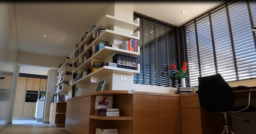 Bureau verrière bibliothèque dans un dégagement sur une extension