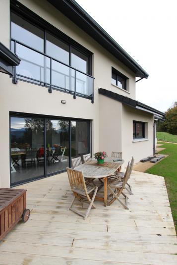 Terrasse bois et grandes baies superposées